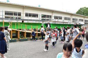 大学生のお姉さんからのクイズに答えながら、コンクリートの豆知識を学ぶ子どもたち。