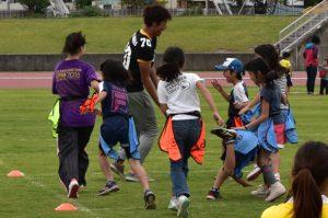 集団で襲いかかる子どもたち。容赦ない攻撃に、学生チームあえなく撃沈!