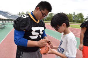 子どもたちからサインや写真をねだられて、すっかり人気者の高橋主将