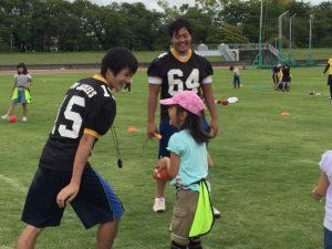 休憩時間にはボールで遊んだり追いかけっこしたり、子どもたちとの交流を深めました。